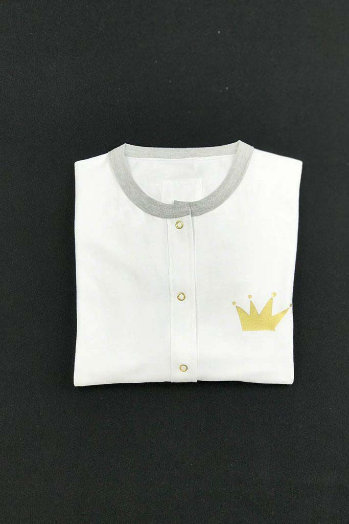 camiseta beisbolera gris y blanca unisex corona dorada algodón orgánico1
