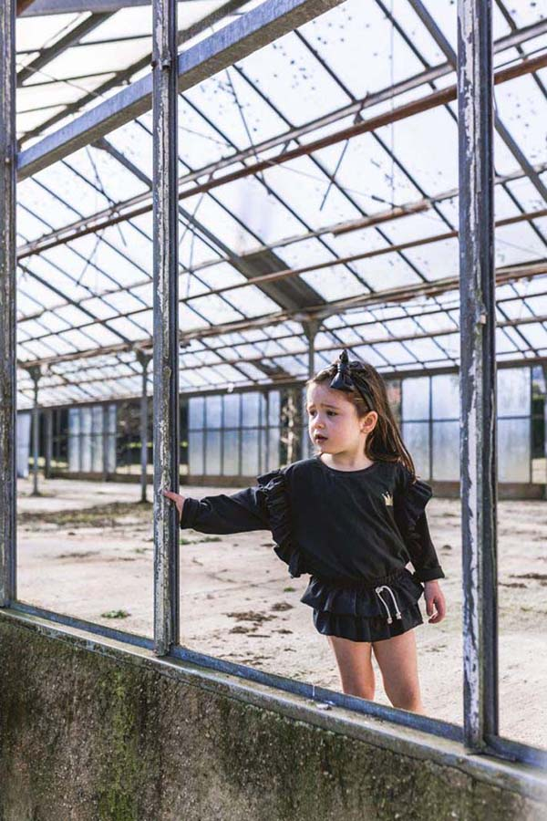 camiseta volante corona negra algodón organico nina omho